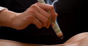 Wärme-Behandlung bestimmter Akupunkturpunkten mit einer Moxa-Zigarre